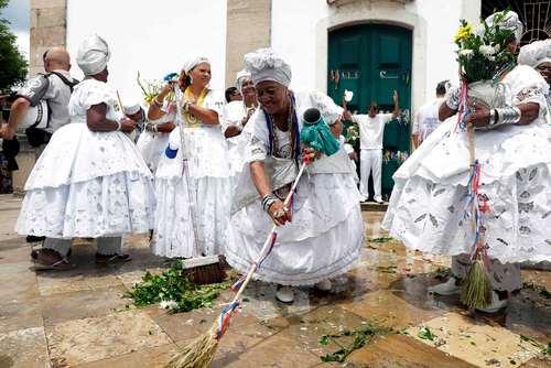 جشنواره شستشوی کلیسا با آب و عطر در شهر سالوادور برزیل