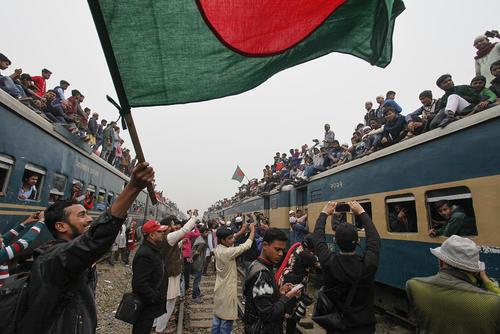 استقبال از بازگشت مسلمانان از یک سفر معنوی 3 روزه در ایستگاه قطار شهر تونگی بنگلادش