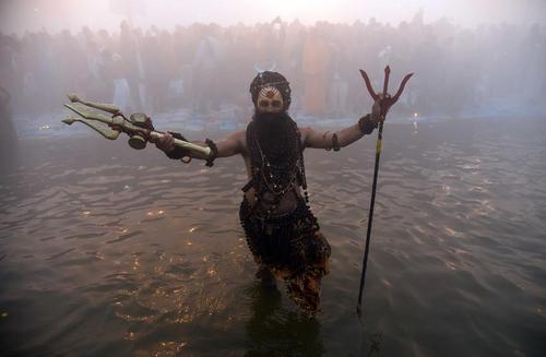 آبتنی یک راهب هندو در رود سنگام در جشنواره آیینی سالانه