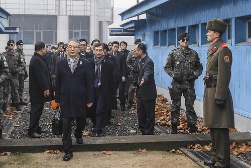 ورود هیات کره جنوبی از منطقه مرزی به درون خاک کره شمالی برای دیدار با هیات همسایه شمالی در قالب طرح گفت و گو برای کاهش تنش - منطقه مرزی دو کره