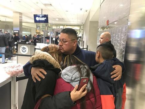 خداحافظی مرد 39 ساله مکزیکی تبار با همسر و دو فرزندش پس از اخراج از آمریکا. او پس از 30 سال زندگی در آمریکا در چارچوب سیاست های جدید ضد مهاجرتی ترامپ، از آمریکا به مکزیک اخراح می شود/ فرودگاه شهر دیترویت ایالت میشیگان