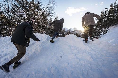ورود پناهجویان از یک منطقه کوهستانی و برفی ایتالیا به خاک فرانسه