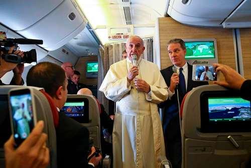 پاپ فرانسیس در حال صحبت در جمع خبرنگاران در هواپیما در راه عزیمت به سفر رسمی به دو کشور شیلی و پرو/عکس: خبرگزاری فرانسه