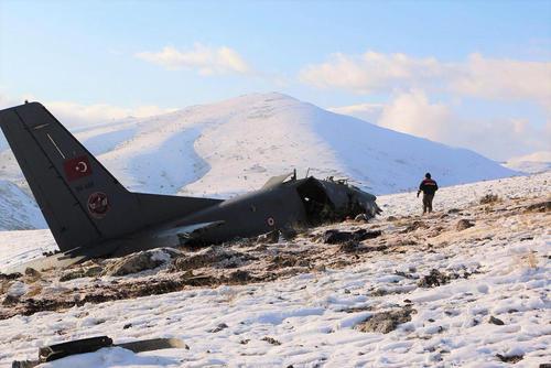 سقوط یک فروند هواپیمای باری – نظامی ارتش ترکیه در منطقه ای در استان اسپارتا در جنوب ترکیه- در این حادثه 3 خدمه هواپیما کشته شدند/ عکس: شینهوا