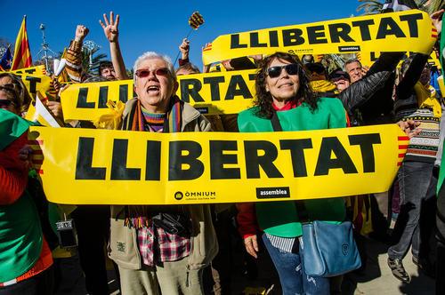 گردهمایی حامیان استقلالطلب منطقه کاتالونیا اسپانیا در مقابل پارلمان محلی در شهر بارسلونا در حمایت از انتخاب یک رییس حامی استقلال از سوی پارلمان