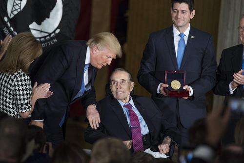 اعطای مدال افتخار از سوی ترامپ به سناتور جمهوریخواه