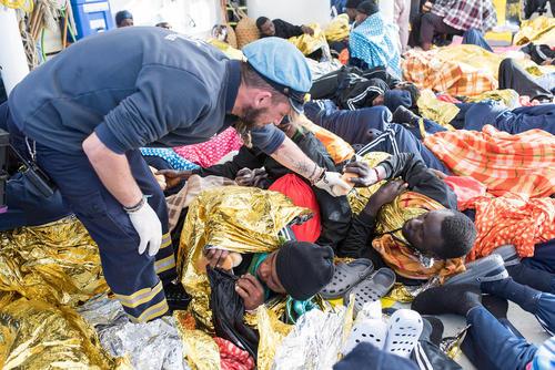 توزیع غذا از سوی امدادرسانان اروپایی به پناهجویان آفریقایی نجات داده شده در دریای مدیترانه