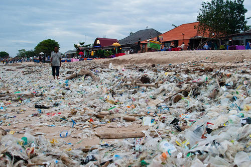 زباله دان پلاستیک در سواحل بالی اندونزی