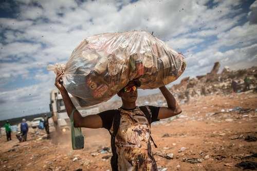 یک جوان جمعکننده زباله در شهر برزیلیا