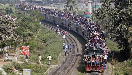 قطار مسافربری در شهر داکا بنگلادش