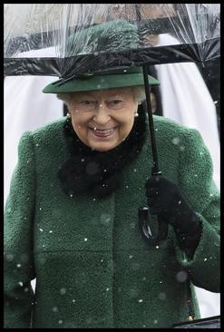 ملکه بریتانیا در حال ترک یک کلیسا در هوای برفی نورفولک
