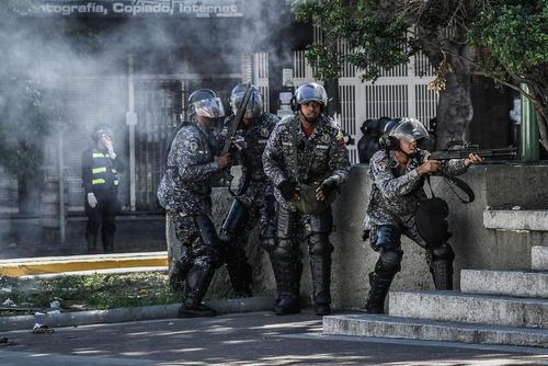 شلیک گاز اشکآور به سمت معترضان ضد دولتی در دانشگاه مرکزی ونزوئلا در شهر کاراکاس