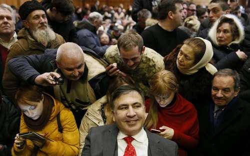 میخاییل ساکاشویلی رییس جمهور سابق گرجستان و یکی از رهبران کنونی اپوزیسیون دولت اوکراین در جلسه دادگاه محاکمه در شهر کی یف اوکراین/عکس: رویترز