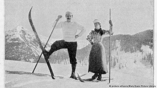آرتور کونان دویل، پزشک و نویسنده معروف اسکاتلندی و خالق شخصیت شرلوکهولمز در زمستان سال ۱۸۹۴ شرح سفر و اسکی بازیدر داووس را در مجله
