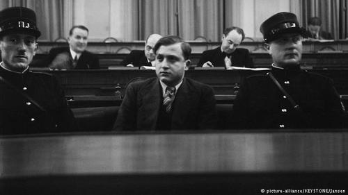 نام داووس در سال ۱۹۳۶ به تیتر خبرها نیز راه یافت. ویلهلم گوستلوف، رئیس تشکیلات نازیهای منطقه با تیراندازی داوید فرانکفورتر، دانشجوی آلمانی که در سال ۱۹۱۷ به سوئیس مهاجرت کرده بود، کشته شد. درحالی که دولت سوئیس بهسختی مورد حملات و انتقادات رژیم هیتلر قرار گرفت، داوید فرانکفورتر محاکمه و به حبس ابد محکوم شد. او در سال ۱۹۴۵ مورد بخشش قرار گرفت و از سوئیس اخراج شد.
