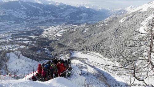 داووس مرکز شش انستیتوی تحقیقاتی مهم سوئیس نیز هست. انستیتوی تحقیقات در مورد برف و سقوط بهمن (عکس محققان در حال ثبت ریزش بهمن)، مرکز جهانی اشعه، مرکز تحقیقات در مورد استخوان، انستیتوی تحقیقاتی آلرژی و آسم و انجمن