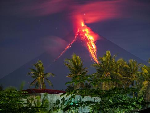 فعالیت یک کوه آتشفشانی در فیلیپین