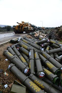 پوکه گلولههای شلیک شده ارتش ترکیه به خاک سوریه در منطقه مرزی بین ترکیه و سوریه