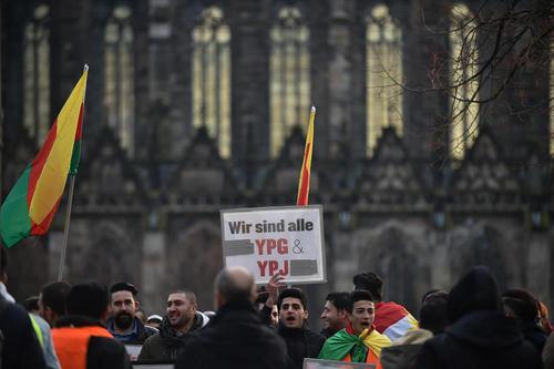 تظاهرات کردهای مقیم آلمان در محکومیت حمله نظامی ترکیه به منطقه کردنشین عفرین در شمالغرب سوریه