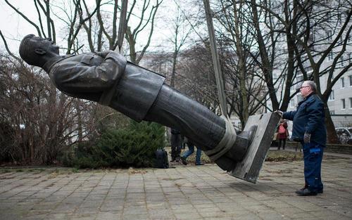 انتقال مجسمه استالین بازمانده از آلمان شرقی سابق به نمایشگاهی تحت عنوان