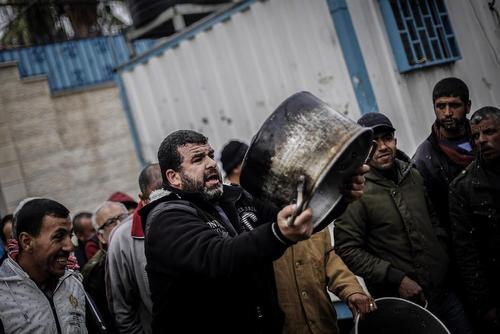 تظاهرات فلسطینیها در باریکه غزه در اعتراض به تصمیم دولت ترامپ به قطع دهها میلیون دلار کمک مالی سالانه به نهاد امدادرسان سازمان ملل در فلسطین- مقابل مقر سازمان ملل در غزه