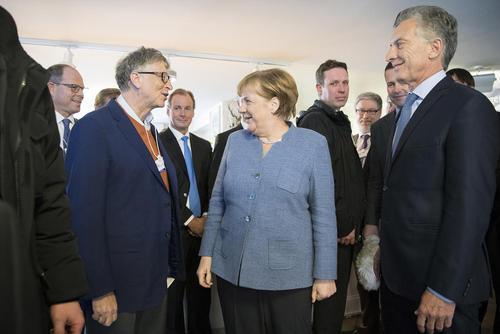 از راست به چپ تصویر: رییسجمهور آرژانتین، صدراعظم آلمان و رییس شرکت آمریکایی مایکروسافت در چهل و هشتمین مجمع اقتصاد جهانی در داووس سوییس