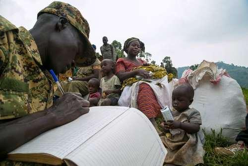 ثبت نام پناهجویان کنگویی از سوی پلیس مرزبانی اوگاندا پس از وارد شدن به این کشور