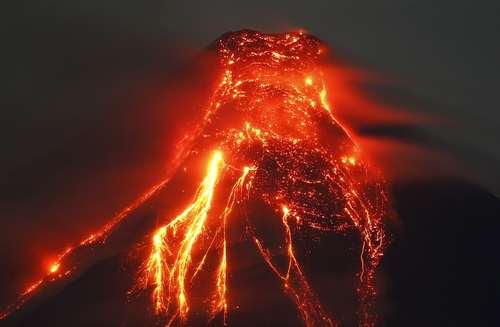 فوران گدازههای آتشفشانی کوه