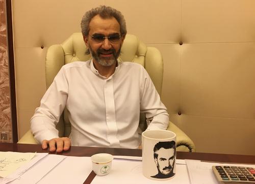 شاهزاده ولید بن طلال میلیاردر سعودی هنگام مصاحبه با رویترز در محل بازداشت در هتل مجلل