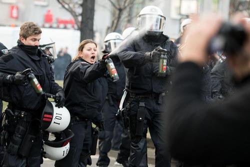 استفاده پلیس شهر کلن آلمان از اسپری فلفل برای متفرق کردن معترضان کُرد خشمگین در تظاهرات محکومیت حمله زمینی ترکیه به مواضع کردها در شمال سوریه