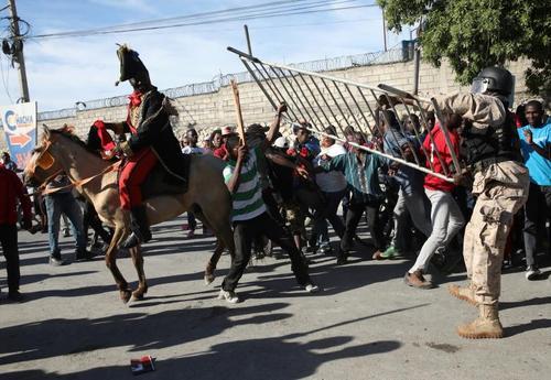 تظاهرات در پایتخت هاییتی علیه اظهارات توهینآمیز ترامپ درباره هاییتی. ترامپ هاییتی و برخی کشورهای فقیر آفریقایی را