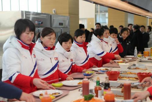 ناهار خوردن بازیکنان تیم ملی هاکی روی یخ زنان کره شمالی در کره جنوبی- خبرگزاری یونهاپ