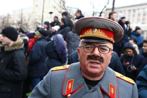 یک مرد معترض در شکل و شمایل