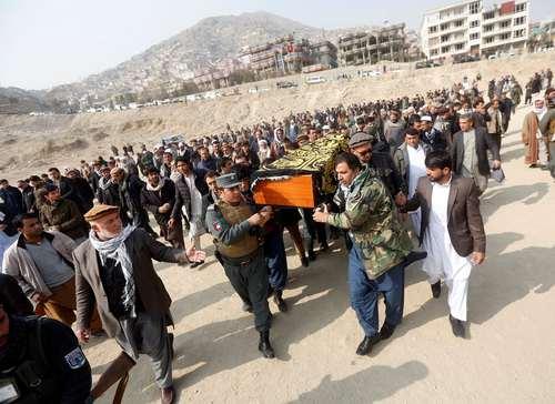 تشییع پیکر قربانیان انفجار انتحاری روز شنبه کابل/ عکس:رویترز