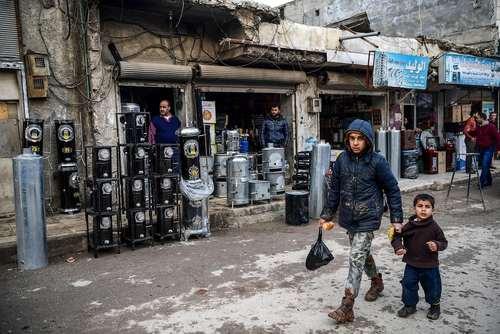 عبور دو برادر از بازار مرکزی شهر عزاز سوریه/ عکس: خبرگزاری فرانسه