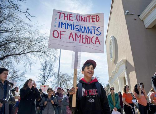 تظاهرات حامیان حقوق مهاجران در شهر سانتافه در ایالت نیومکزیکو آمریکا