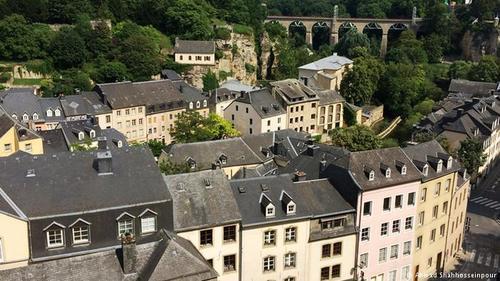 این کشور یکی از ثروتمندترین کشورهای جهان و در عین حال یکی از کوچکترین کشورهای قاره اروپا است.
