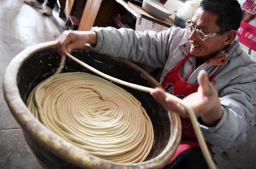 درست کردن رشتههای خوراکی در روستایی در چین