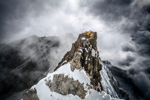 کمپ کوهنوردان بر فراز قله ای در رشته کوههای هیمالیا- عکس روز وب سایت