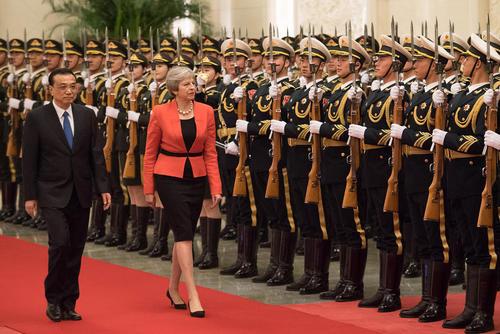 استقبال رسمی نخستوزیر چین از همتای بریتانیایی خود در جریان سفر رسمی 3 روزه نخستوزیر بریتانیا به چین – پکن