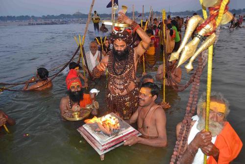آبتنی هندوها در رود سنگام در جشنواره آیینی
