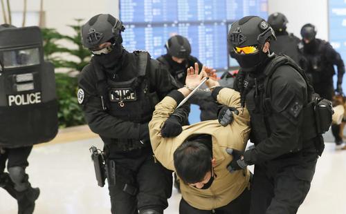 برگزاری مانور ضد تروریستی از سوی نیروهای امنیتی کره جنوبی در فرودگاه شهر اینچئون در آستانه برگزاری المپیک زمستانی پیونگچانگ در این کشور