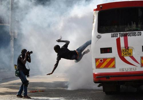 بیرون پریدن یکی از تظاهراتکنندگان ضد دولت کنیا از داخل اتوبوس پس از شلیک گاز اشکآور به داخل آن – نایروبی/ عکس:رویترز