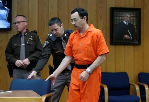 لری نصار به هنگام ورود به جایگاه متهم در دادگاه