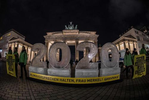 درست کردن قالب یخی سال 2020 از سوی فعالان محیط زیست در اعتراض به کم توجهی مقامات دولتی آلمان به اهداف معاهده کنترل تغییرات اقلیمی – دروازه اصلی شهر برلین