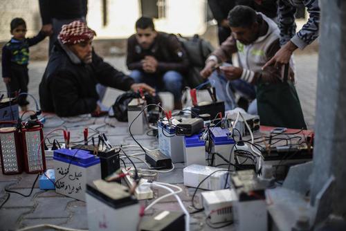 شارژ کردن دستگاه های برقی در باریکه غزه به دلیل کمبود شدید و قطع مکرر برق – عکس: محمد طلاطنه؛ آژانس DPA