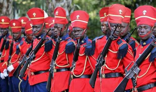 گارد تشریفات کاخ ریاست جمهوری سنگال در شهر داکار منتظر مراسم استقبال رسمی از امانوئل ماکرون رییس جمهوری فرانسه /عکس: رویترز