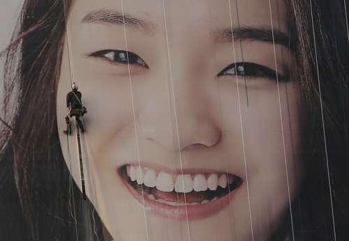 نصب یک بیلبورد بزرگ در شهر سئول کره جنوبی/عکس: آسوشیتدپرس