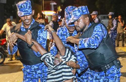دستگیری معترضان در جریان تظاهراتی برای آزادی زندانیان سیاسی – مالدیو/عکس: آسوشیتدپرس