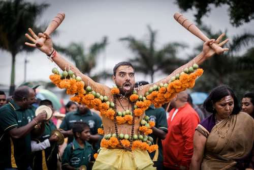 نمایش یک هندو در معبد در جریان جشنوارهای در آفریقای جنوبی